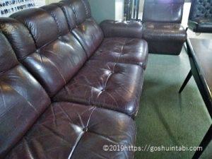 御朱印を待っているときの斯文会館のソファ